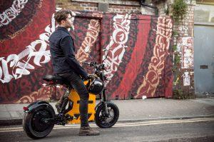 Un homme sur un scooter électrique